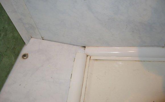 Щілини між панелями і ванною