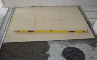 Плитка укладається на цементну стяжку за допомогою будь-якого плиткового клею