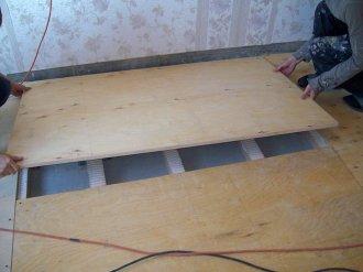 Товста фанера цілком може замінити дошки чорнової підлоги